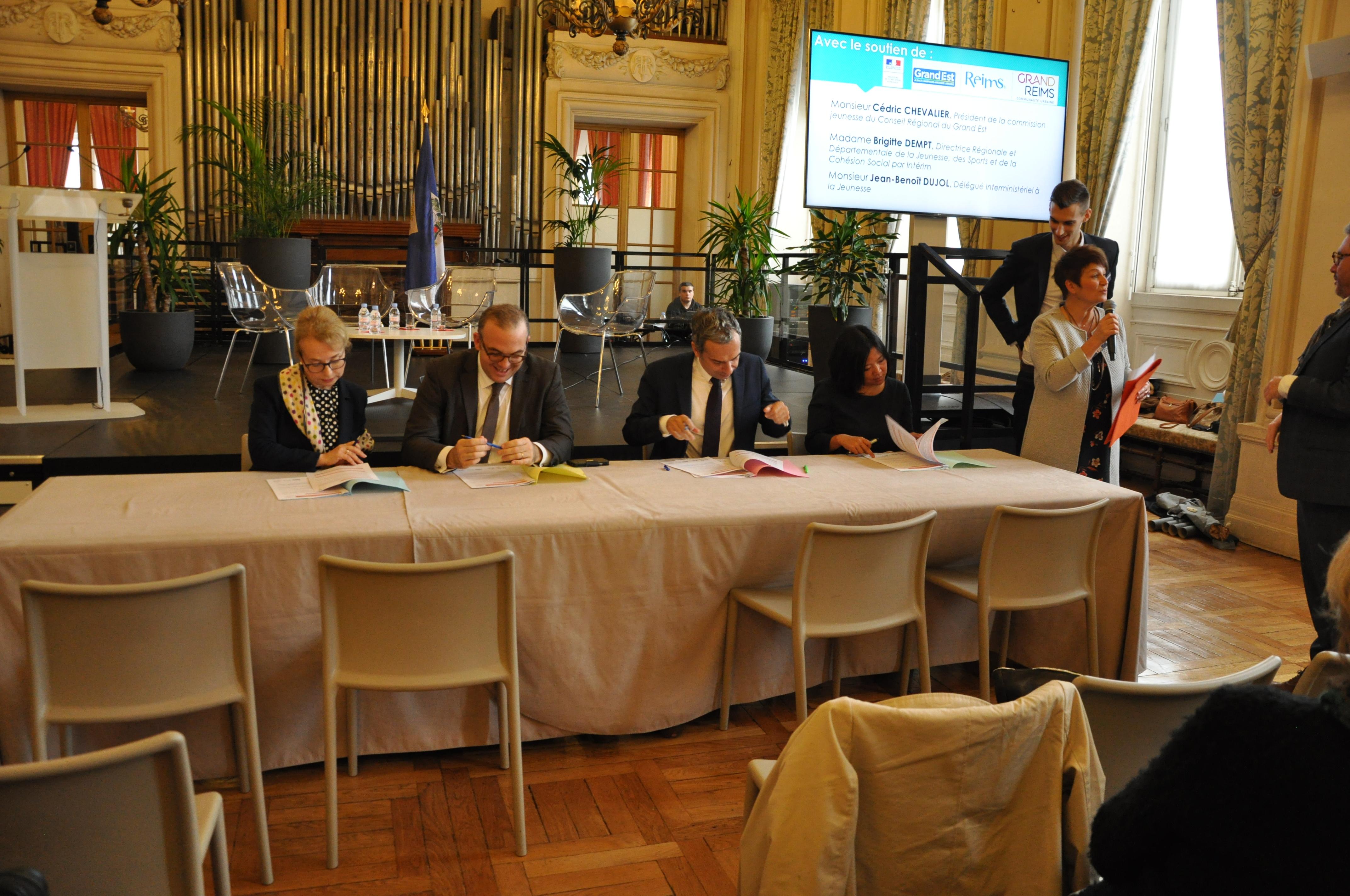 Lancement des signatures de Chartes par Isabelle LOVATO