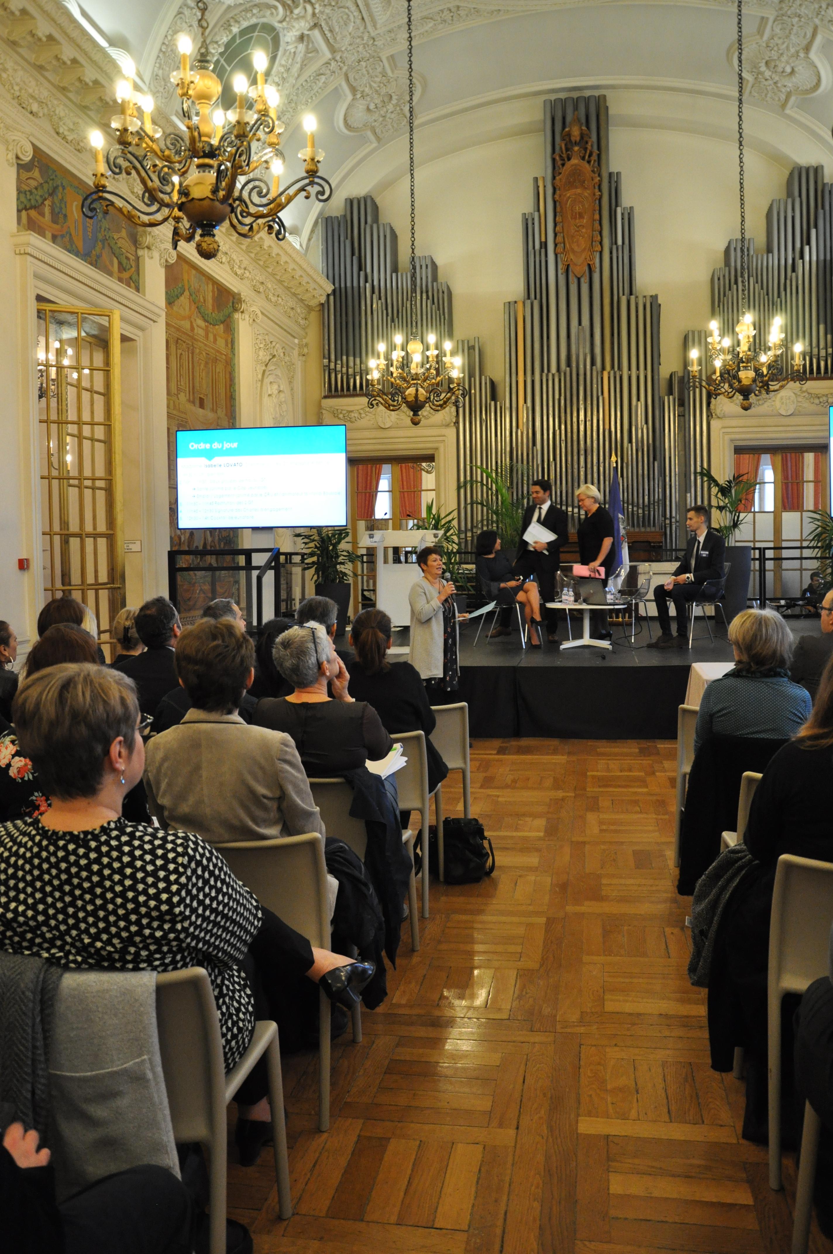 Annonce de l'ordre du jour par Isabelle LOVATO, directrice du CRIJ CA